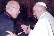 Dom Fernando com Papa Francisco no Vaticano, em outubro de 2014