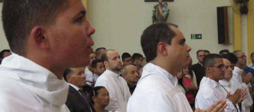 Cinco seminaristas são ordenados diáconos na Paróquia Sagrado Coração de Jesus
