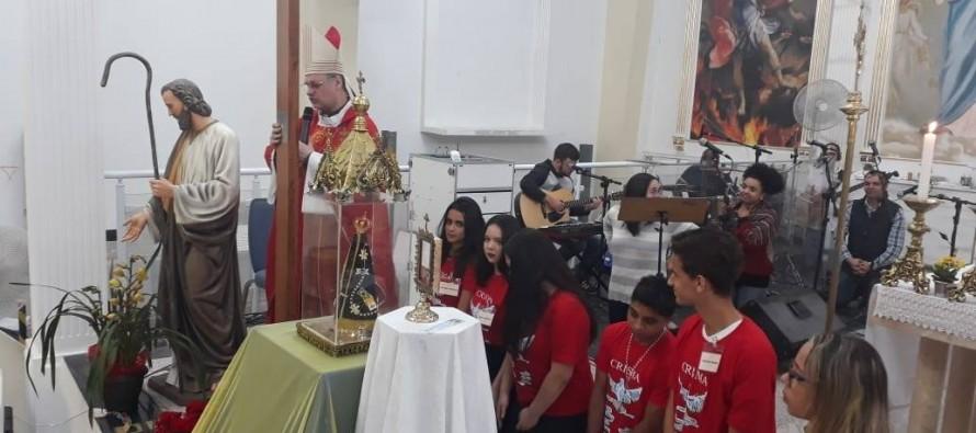 Crismados do Santuário Mãe dos Aflitos recebem Cruz Peregrina