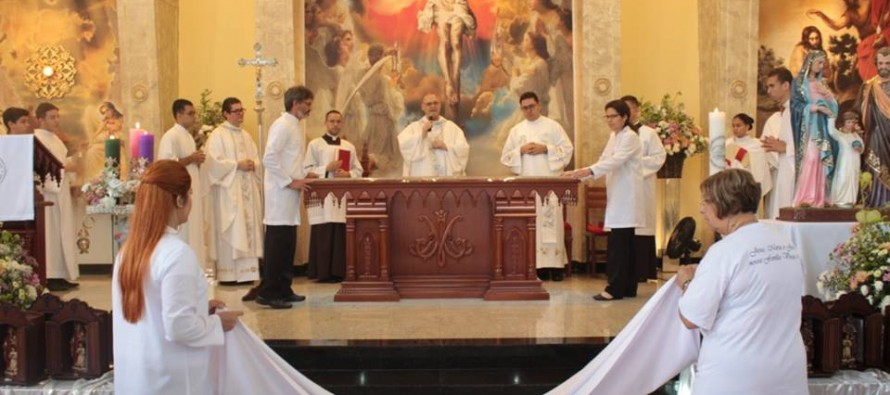 Bispo diocesano faz dedicação do altar de duas igrejas